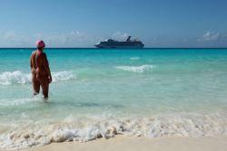 Vrouw op naaktstrand Bahama's ©puurnaturisme